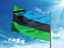 Bandiera di Zanzibar che ondeggia nel cielo blu Fotografia Stock Libera da Diritti