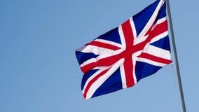 Bandiera e cielo blu britannici video d archivio