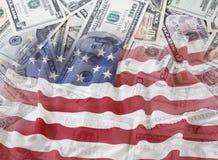 Bandiera e contanti di U.S.A. Fotografie Stock Libere da Diritti