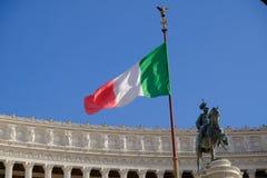 Bandiera e monumento italiani di Vittoriano a Roma Immagini Stock