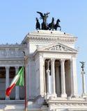 Bandiera e monumento italiani Vittoriano a Roma Fotografia Stock Libera da Diritti