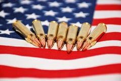 Bandiera e pallottole degli Stati Uniti Fotografia Stock