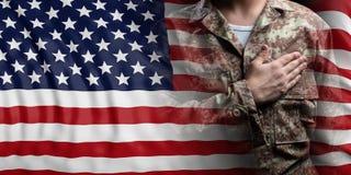 Bandiera e soldato degli Stati Uniti d'America con la mano sul suo cuore illustrazione 3D illustrazione vettoriale