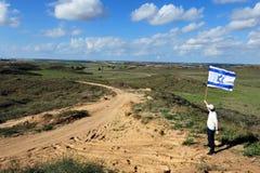 Bandiera ebrea della mosca dell'uomo di Israele vicino alla striscia di Gaza Immagini Stock Libere da Diritti