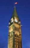 Bandiera ed il Parlamento canadesi al crepuscolo Fotografia Stock