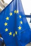Bandiera europea alla parata di giorno di liberazione a Milano, Italia Fotografia Stock