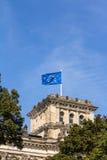 Bandiera europea sul Reichstag che costruisce Berlino Fotografia Stock