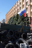 Bandiera filorussa del separatista sopra le barriere. Lugansk, Ucraina immagine stock libera da diritti