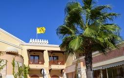 Bandiera gialla bizantino sopra la costruzione in Grecia immagine stock
