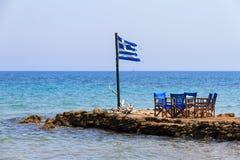 Bandiera greca al mare Fotografia Stock