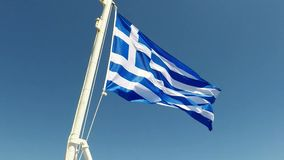 Bandiera greca che ondeggia al rallentatore su una nave greca, video d archivio
