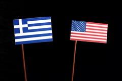 Bandiera greca con la bandiera di U.S.A. isolata sul nero immagini stock libere da diritti