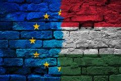 Bandiera incrinata dell'Ungheria e dell'Eu sulla parete di lerciume fotografie stock