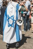 Bandiera israeliana alla parata di giorno di liberazione Immagine Stock