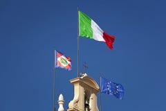 Bandiera italiana che ondeggia al sole Fotografia Stock Libera da Diritti
