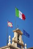 Bandiera italiana che ondeggia al sole Fotografia Stock