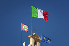 Bandiera italiana che ondeggia al sole Immagini Stock Libere da Diritti