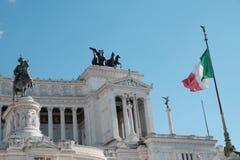 Bandiera italiana che ondeggia contro l'altare della patria, Roma Fotografie Stock