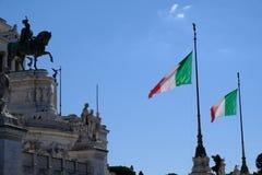 Bandiera italiana che ondeggia contro l'altare della patria, Roma Fotografia Stock