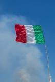 Bandiera italiana davanti a cielo blu Immagine Stock Libera da Diritti
