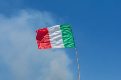 Bandiera italiana davanti a cielo blu Immagini Stock