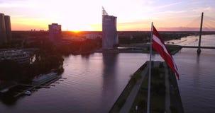 Bandiera lettone davanti a Riga, Lettonia archivi video