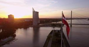 Bandiera lettone davanti a Riga, Lettonia video d archivio
