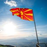 Bandiera macedone sui precedenti del cielo Fotografie Stock