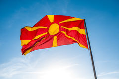 Bandiera macedone sui precedenti del cielo Immagine Stock Libera da Diritti