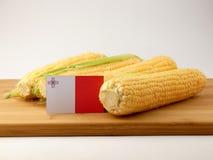 Bandiera maltese su un pannello di legno con cereale isolato su un BAC bianco Fotografia Stock