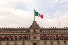 Bandiera messicana e palazzo del governo Fotografia Stock Libera da Diritti