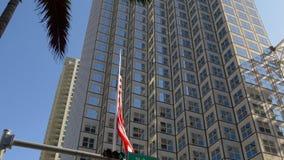 Bandiera nazionale americana 4k Florida S.U.A. del distretto finanziario del centro di Miami archivi video