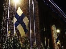 Bandiera nazionale d'ondeggiamento della Finlandia, luci di Natale Fotografia Stock