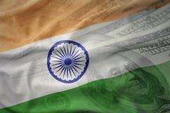 Bandiera nazionale d'ondeggiamento variopinta dell'India su un fondo americano dei soldi del dollaro Fotografie Stock