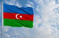Bandiera nazionale dell'Azerbaigian davanti a cielo blu Immagini Stock