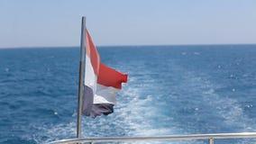 Bandiera nazionale dell'Egitto a bordo di un yacht del mare, nave Località di soggiorno del mare di ricerca stock footage