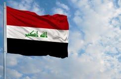 Bandiera nazionale dell'Irak davanti a cielo blu Fotografie Stock
