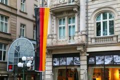 Bandiera nazionale della Germania accanto ad una costruzione in Ce della città di Wiesbaden Immagini Stock