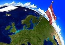 Bandiera nazionale della Lettonia che segna la posizione del paese sulla mappa di mondo 3D rappresentazione, parti di questa imma Immagine Stock