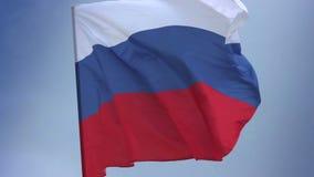 Bandiera nazionale russa che ondeggia sull'asta della bandiera in cielo blu La Russia video d archivio