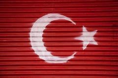 Bandiera nazionale turca dipinta su metallo nella via Immagini Stock