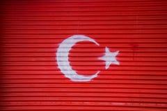 Bandiera nazionale turca dipinta su metallo nella via Immagine Stock