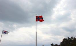 Bandiera norvegese che ondeggia nell'aria del cimitero commemorativo di ONU a Busan, Corea del Sud, Asia fotografie stock libere da diritti