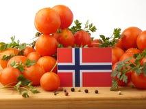 Bandiera norvegese su un pannello di legno con i pomodori isolati su un whi fotografia stock libera da diritti