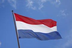 Bandiera olandese in un cielo del blye Immagini Stock Libere da Diritti