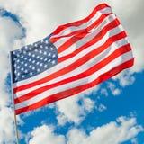 Bandiera ordinata di U.S.A. con i cumuli su fondo - all'aperto ha sparato Fotografia Stock Libera da Diritti