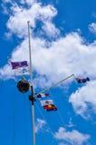 Bandiera palo con le bandiere e la palla di tempo: Il sito rotondo di eredità della Camera Fotografia Stock Libera da Diritti