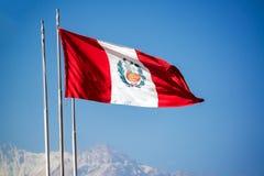 Bandiera peruviana che ondeggia nel vento Fotografia Stock