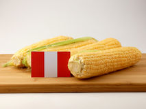 Bandiera peruviana su un pannello di legno con cereale isolato sull'sedere bianche Immagine Stock Libera da Diritti