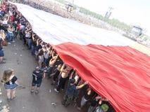 Bandiera polacca spanta con il pubblico Fotografie Stock Libere da Diritti